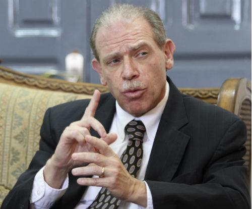 كشف تفاصيل زيارته لعدن.. السفير الأمريكي السابق يحذر من دعم مشاريع تقسيم اليمن