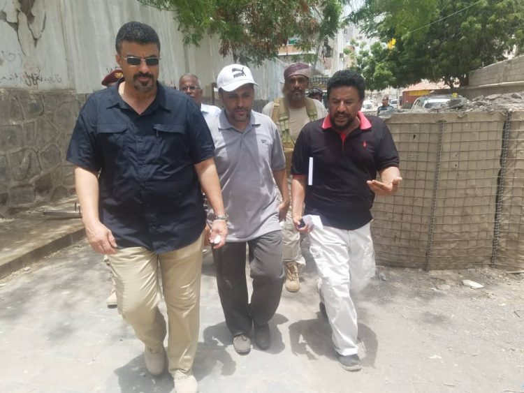 عدن.. محافظ العاصمة المؤقتة يتفقد اعمال تنظيف مجاري السيول بمديرية صيرة