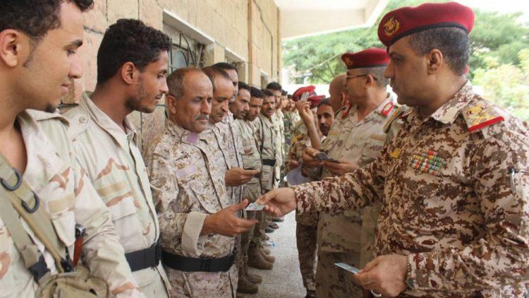 محور تعز يبدأ توزيع البطائق الإلكترونية على منتسبي الجيش الوطني
