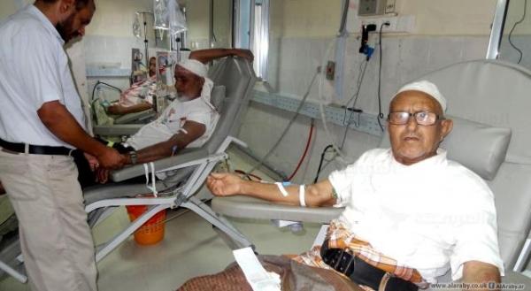 جراء إحتجازهامحاليل الغسيل الكلوي.. الحكومة تحمل الحوثيين مسؤولية تعرض مرضى الفشل الكلوي في إب للخطر