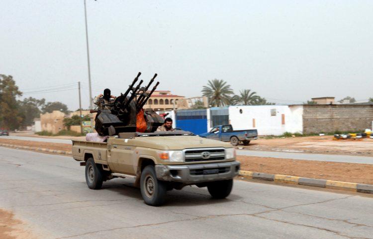 """ليبيا.. قوات حكومة الوفاق تستعيد السيطرة على كامل """"معسكر النقلية"""" جنوبي طرابلس"""