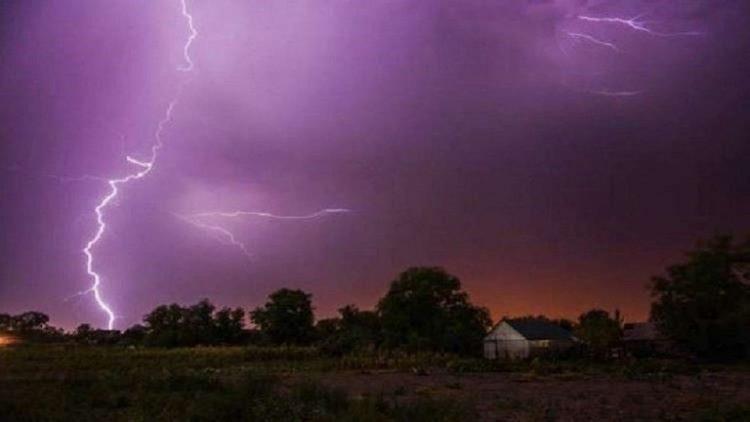 لماذا يجب فصل جهاز الكمبيوتر عن الكهرباء أثناء العاصفة الرعدية؟