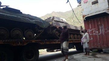 مخاوف من تسليمها للحوثي.. مليشيات الانتقالي الجنوبي تنهب معدات عسكرية ثقيلة وتنقلها إلى يافع والضالع (صور)