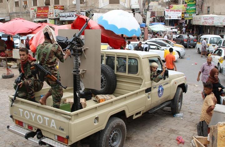 قوة أمنية تهاجم فندقاً في عدن وتعتقل قيادات عسكرية