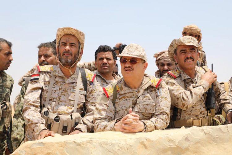 """شاهد.. وزير الدفاع """"المقدشي"""" على مشارف صنعاء يتفقد المواقع الأمامية لجبهة نهم"""