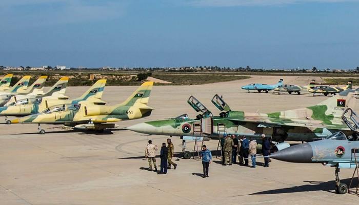 """طيران حكومة الوفاق الليبية يستهدف قواعد انطلاق طائرات المتمرد """"حفتر"""""""