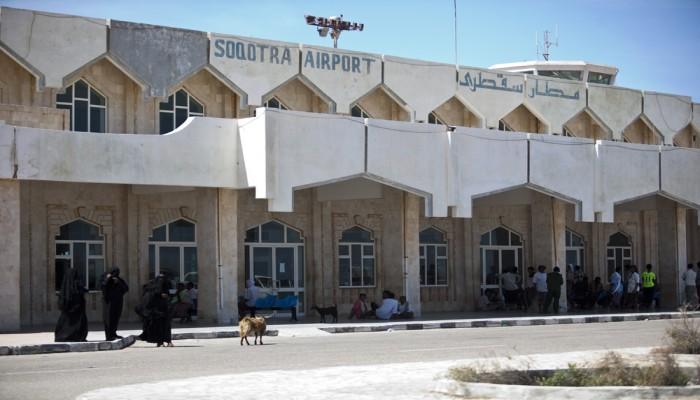 """مصدر حكومي.. معلومات """"استخباراتية"""" خطيرة كانت وراء تعليق الرحلات في مطار سقطرى"""