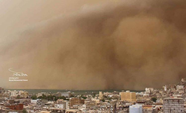 إجتياح عاصفة رملية عنيفة محافظتي عدن ولحج تسببت في حجب الرؤية بشكل كلي