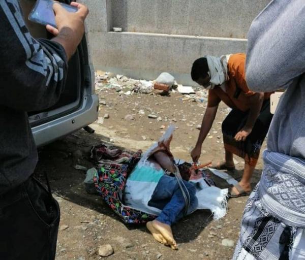 عدن.. مواطنون يعثرون على جثة شاب مقتول في سيارته بخور مكسر