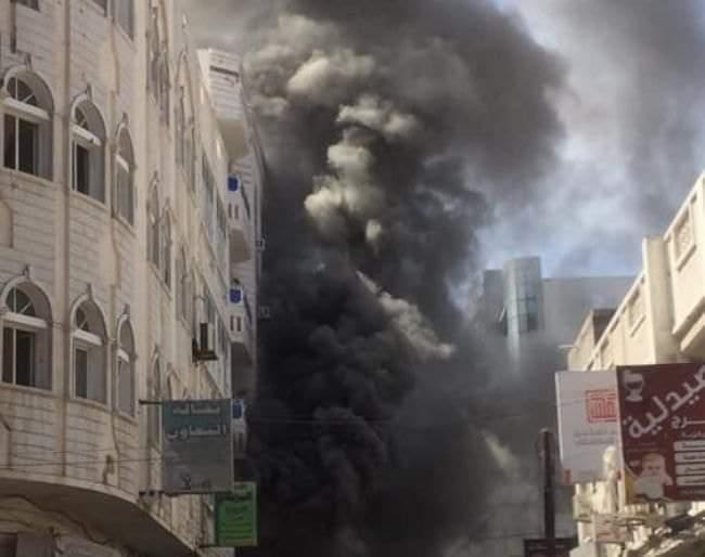 عاجل.. حريق كبير يندلع بالقرب من مبنى البنك المركزي اليمني بعدن (صور)