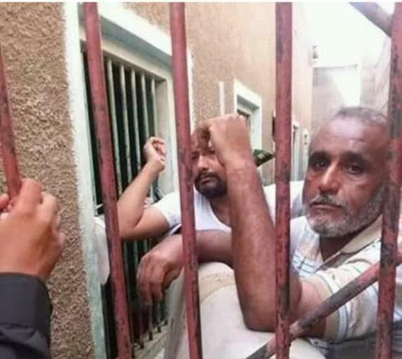 شاهد حراسة مؤسس الحراك الجنوبي في سجون مليشيات مدعومة من الامارات بعدن … صورة