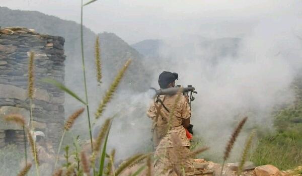 معارك عنيفة بين قوات الجيش ومليشيا الحوثي شمال مدينة تعز
