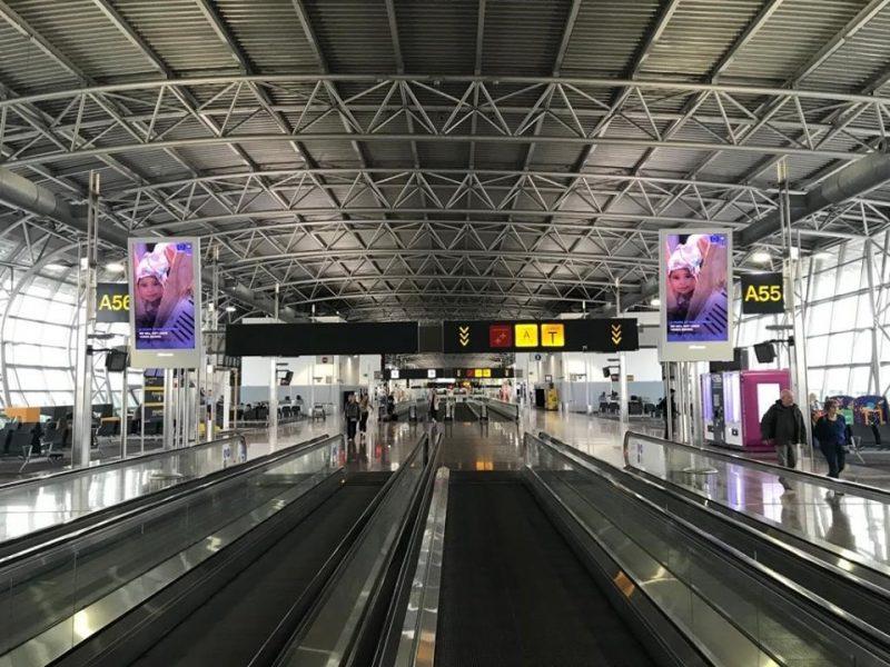 شاهد.. مطار بروكسل وشوارعها تعج بصور اليمنيين