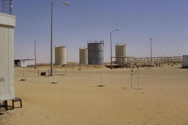توقف عملية نقل النفط من حقل العقلة بعد إغلاق الحراسات الأمنية لبوابات المنشأة
