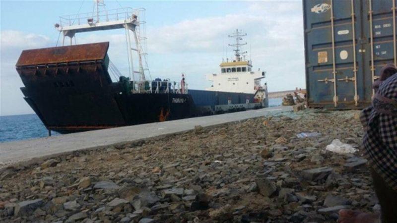 الكشف عن إرسال الإمارات سفينة مليئة بالأسلحة إلى مليشياتها في سقطرى