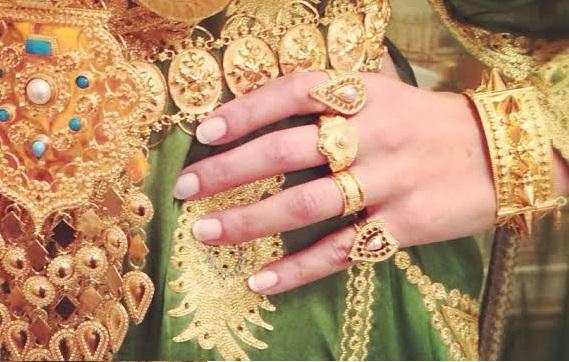 إب.. مواطن يمني يعيد مجوهرات ثمينة لمالكتها بعد ان عثر عليها في احد الباصات
