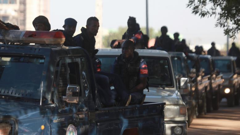 """مناصروا الرئيس السوداني العزول يعلنون البدء بـ""""الزحف الأخضر"""" والجيش ينشر جنوده أمام مقر القيادة العامة"""