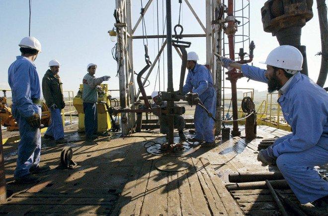 وسط ترقب وحذر يسيطران على الشركات والمستثمرين.. النفط يتخطى حاجز الــ70 دولاراً
