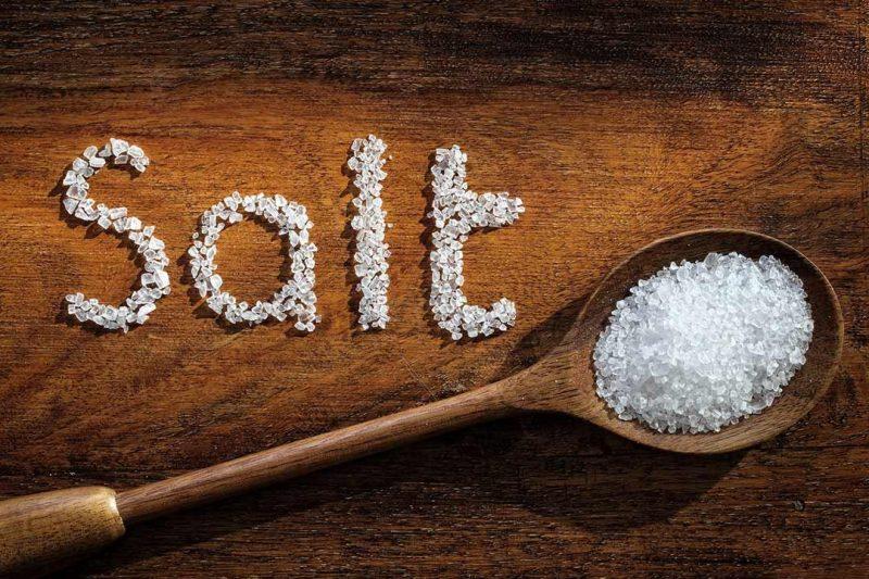 الأضرار الخفية للملح.. إليك 5 خطوات بسيطة لتقليل الملح في طعامك