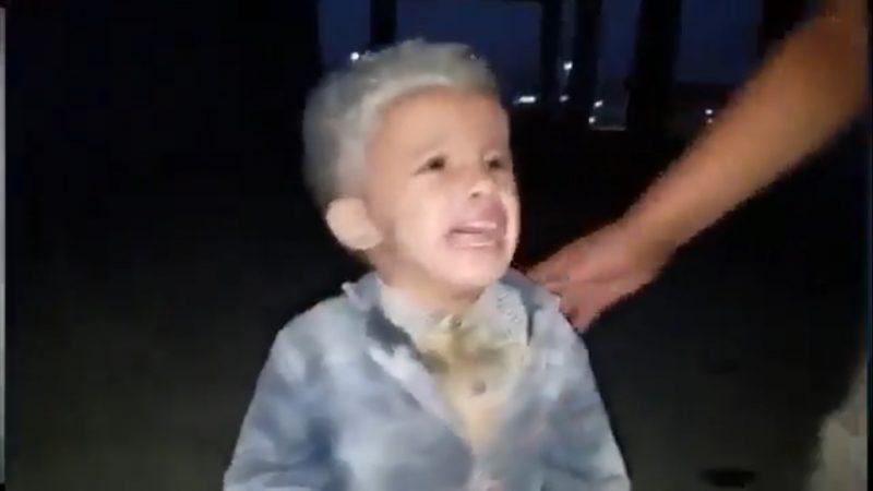 في مشهد مروع.. شاهد أول فيديو للحظة سقوط صاروخ في مأرب وانتشال الاطفال من تحت الانقاض