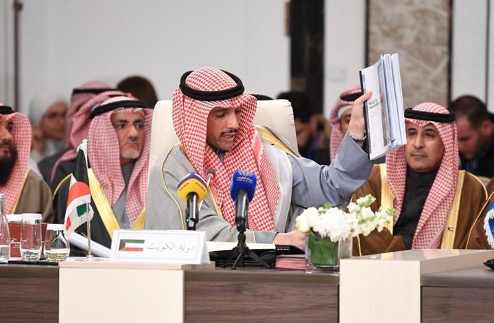 """بالفيديو.. رئيس مجلس الامة الكويتي """"مرزوق الغانم"""" يرمي أوراق صفقة القرن في سلة القمامة"""