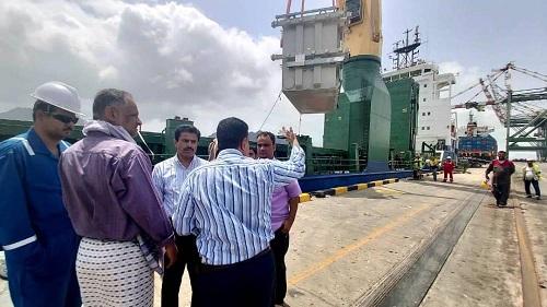 شاهد بالصور.. محولات كهرباء بقدرات عالية تصل ميناء عدن
