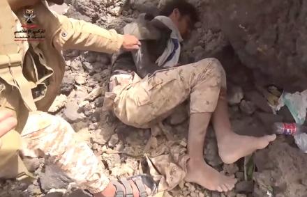 فيديو.. عنصر حوثي يحاول خداع افراد الجيش الوطني قبل أسره بأنه ميت في جبهة صرواح