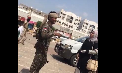 بالفيديو.. مليشيات الانتقالي تعتدي على اعضاء حكومة شباب واطفال اليمن اثناء قيامهم بحملة انسانية للتوعية من مخاطر فيروس كورونا بعدن