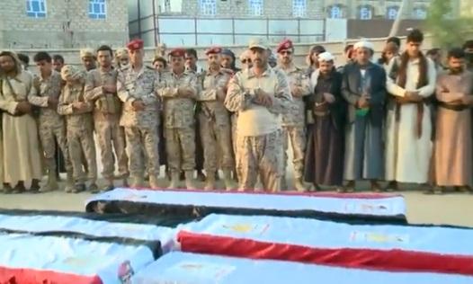"""الفريق صغير بن عزيز يتقدم صلاة الجنازة على نجله ومرافقيه بمأرب """"فيديو"""""""