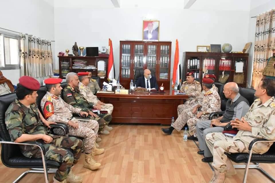 محافظ تعز يناقش مع قيادة المحور أوضاع الجبهات ويشدد على رفع الجاهزية
