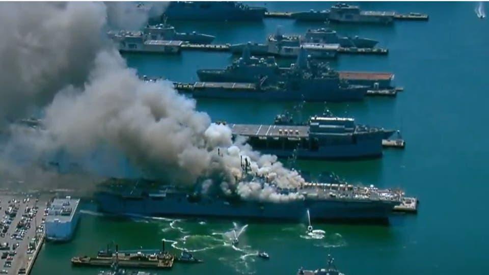 تعرض بارجة أمريكية لحريق كبير في مدينة سان ديغو