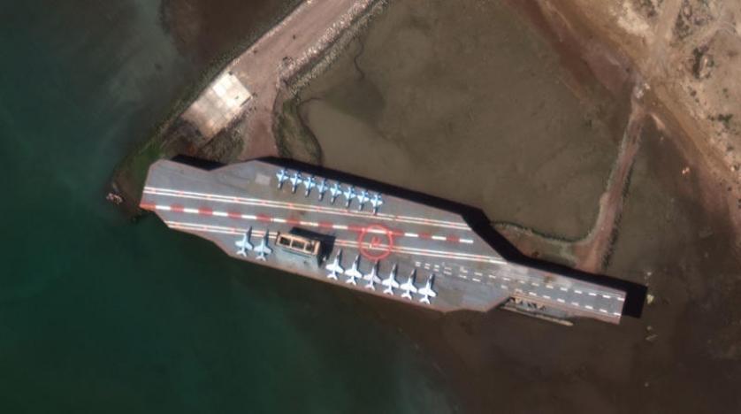 """صور للأقمار الصناعية تظهر انقلاب حاملة الطائرات الإيرانية """"الوهمية"""" أمام ميناء بندر عباس"""