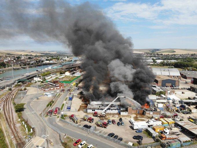 بريطانيا.. انفجار كبير في ميناء ساسكس يعقبه حريق هائل