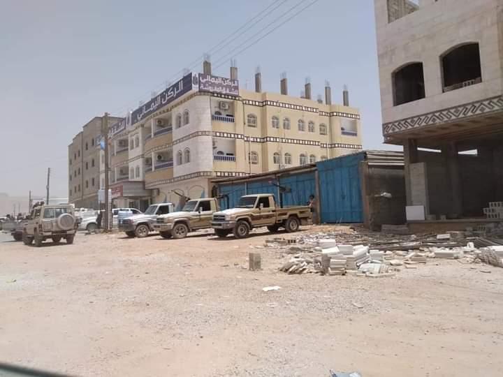 شاهد صورة موكب شيخ قبلي بمدينة عتق يثير رواد مواقع التواصل الاجتماعي ومصدر أمني يكشف من يقف خلفه