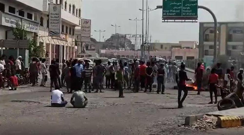 تظاهرة في عدن ضد الإنتقالي المدعوم إماراتيا احتجاجا على تردي الخدمات