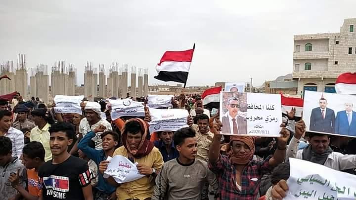 شاهد فيديو لجانب من مظاهرة سقطرى اليوم وهتافات المواطنين تأييداً لليمن الاتحادي والشرعية ورفضاً لمليشيات الامارات