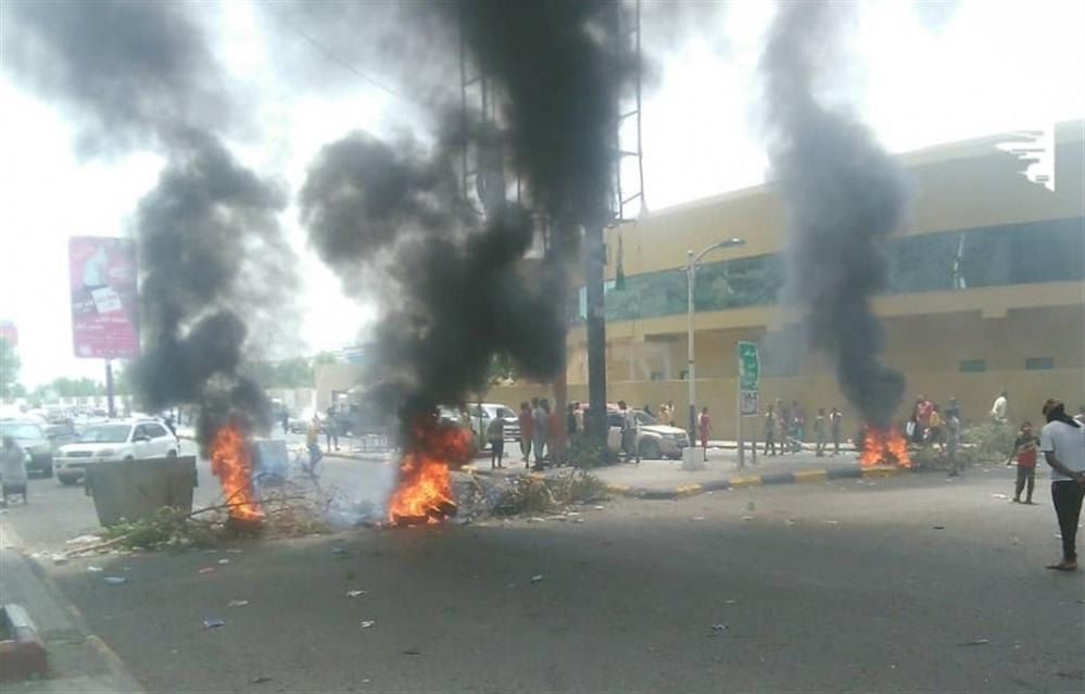 متظاهرون في عدن يهتفون ضد الإنتقالي المدعوم إماراتيا ويطالبون بتحسين الخدمات المتردية