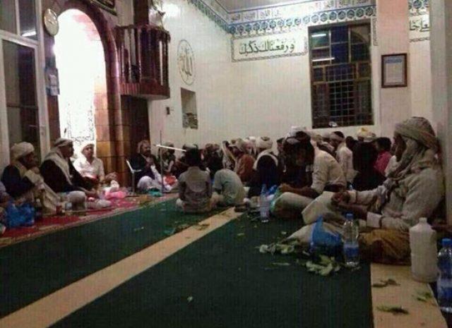 """هكذا حوّلت المسيرة القرآنية الحوثية المساجد إلى مقار لتناول """"القات"""""""