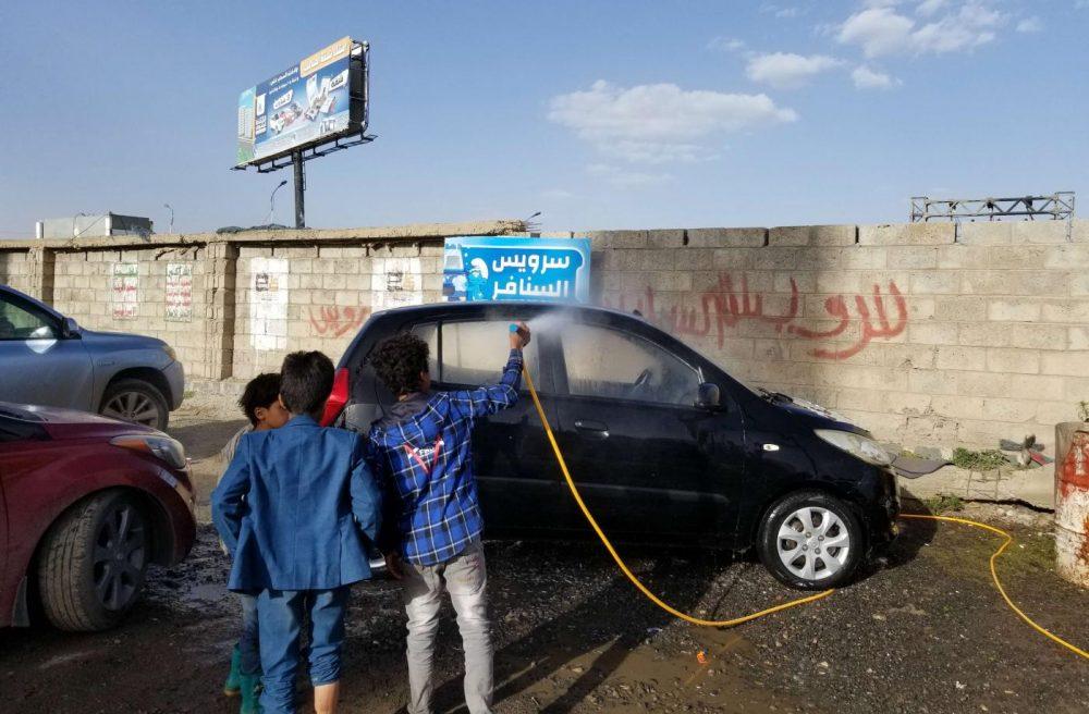 """ميدل إيست آي: هل يساعد تشجيع أطفال اليمن على العمالة في تأمين مستقبلهم؟ """"سوريس السنافر"""" مثالاً.."""