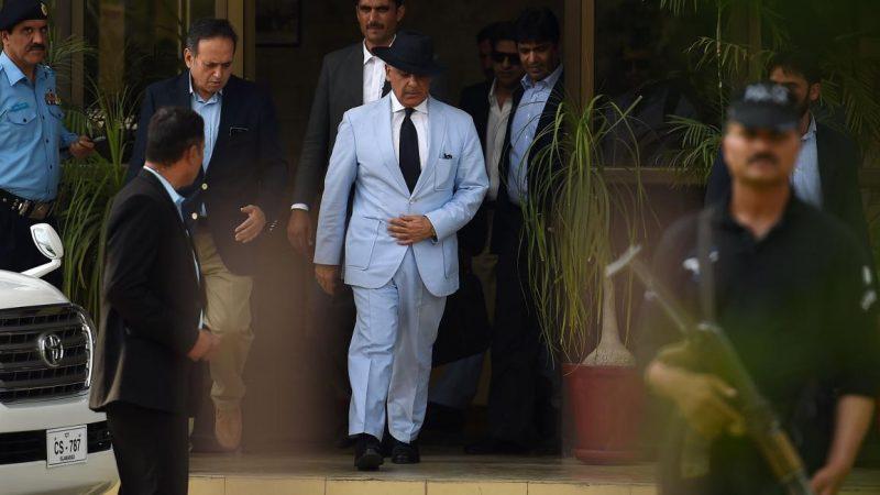 """بتهمة """"تهريب الأموال"""".. المعارضة الباكستانية تتحرك للرد بعد اعتقال زعيمها في البرلمان"""
