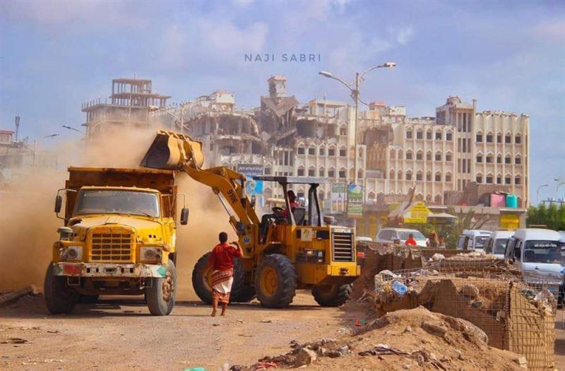 البدء بعملية إزالة الحواجز الترابية والإسمنتية في العاصمة المؤقتة عدن