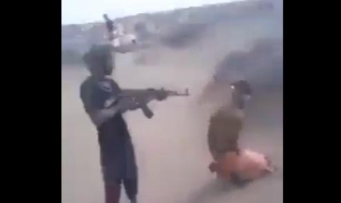 """شاهد منجزات الامارات في اليمن.. مليشيات هاني بن بريك تقتل أسرى """"فيديو"""""""