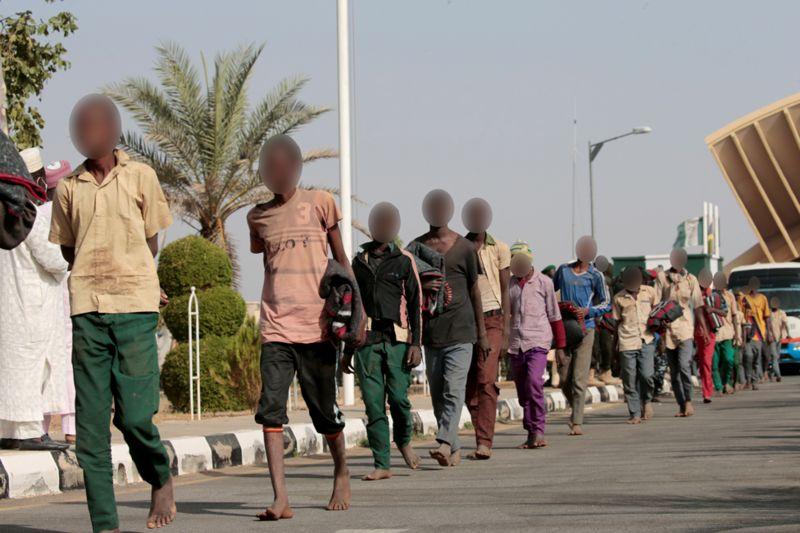 بعد انتهاء محنة اختطافهم.. مئات التلاميذ النيجيريين يعودون إلى عائلاتهم