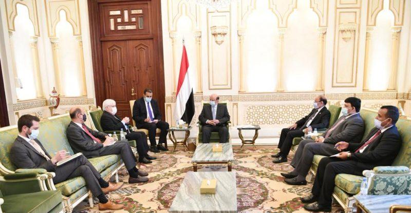 خلال لقائه المبعوث الأممي.. رئيس الجمهورية يؤكد أن المليشيا الحوثية لا تريد السلام