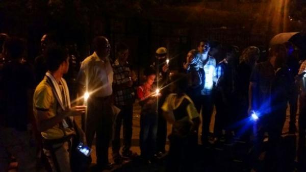 إحتجاجا على انقطاع الكهرباء.. مواطنون في عدن يقطعون الطريق العام