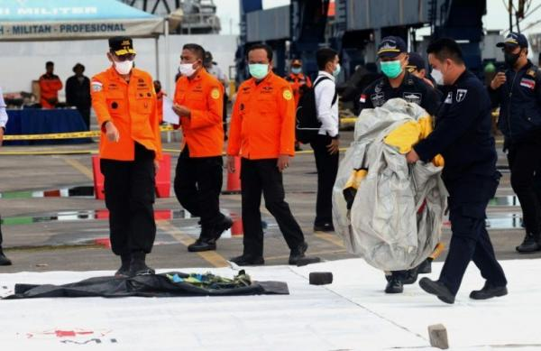 إندونيسيا ترصد إشارة من الطائرة المفقودة والعثور على حطام للطائرة