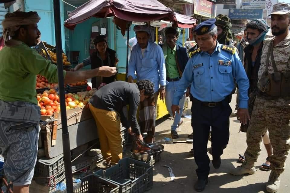 شرطة السير بتعز تواصل حملتها في رفع البسطات العشوائية بعددٍ من شوارع المدينة