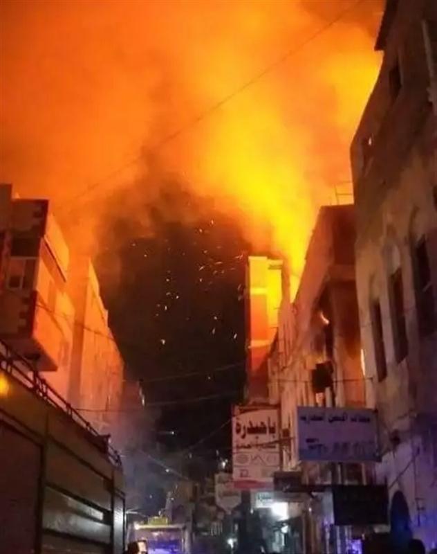 حريق مرعب يندلع في عدن وأنباء عن احتراق عدد من المباني والمحلات التجارية