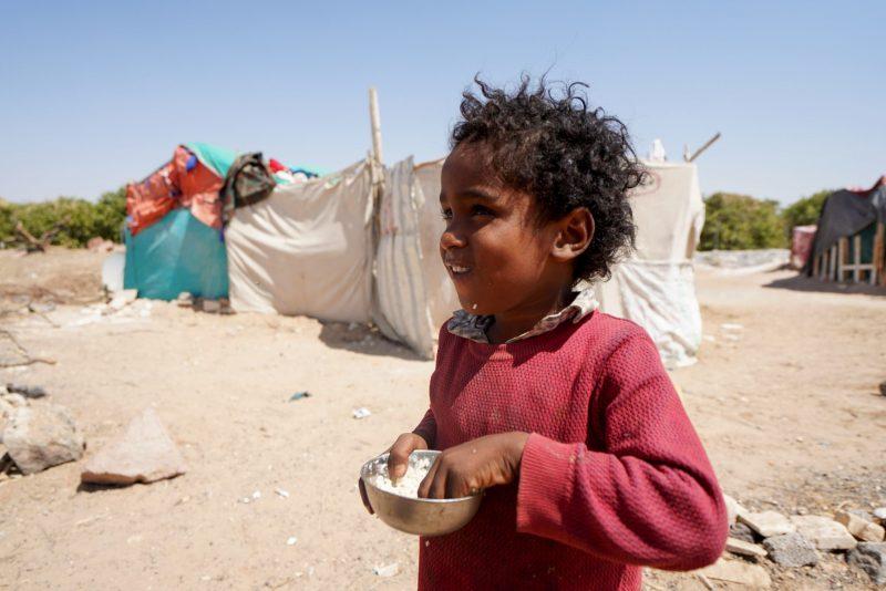 في خطاب لها.. 44 منظمة تتهم الحوثي بقصف مخيمات النازحين