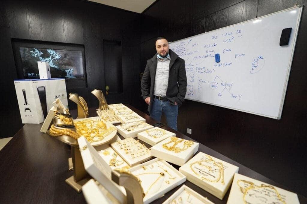 """مدير شركة اردنية يفاجئ موظفيه بهدايا من """"ذهب"""""""
